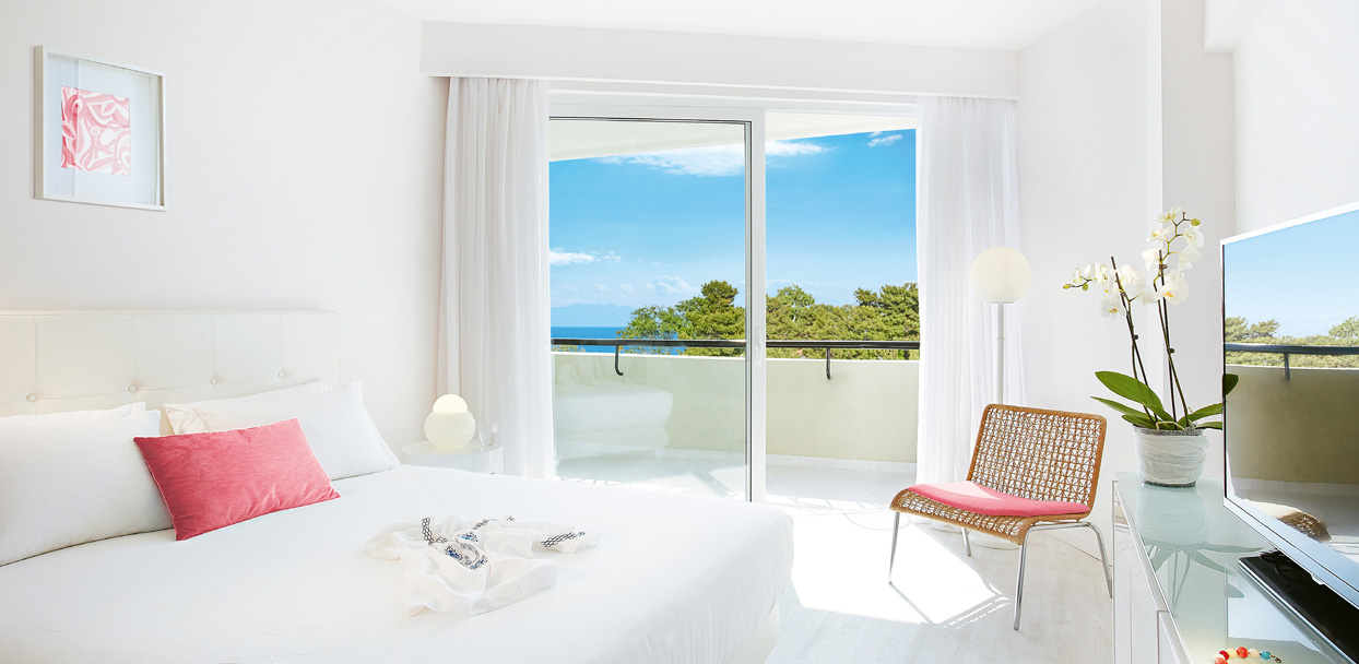 02-pella-beach-premier-room-side-sea-view-master-bedroom-accommodation