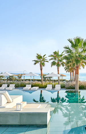 22-grecotel-club-turquoise-pool-bar-with-panoramic-view-of-the-bay-and-the-beach